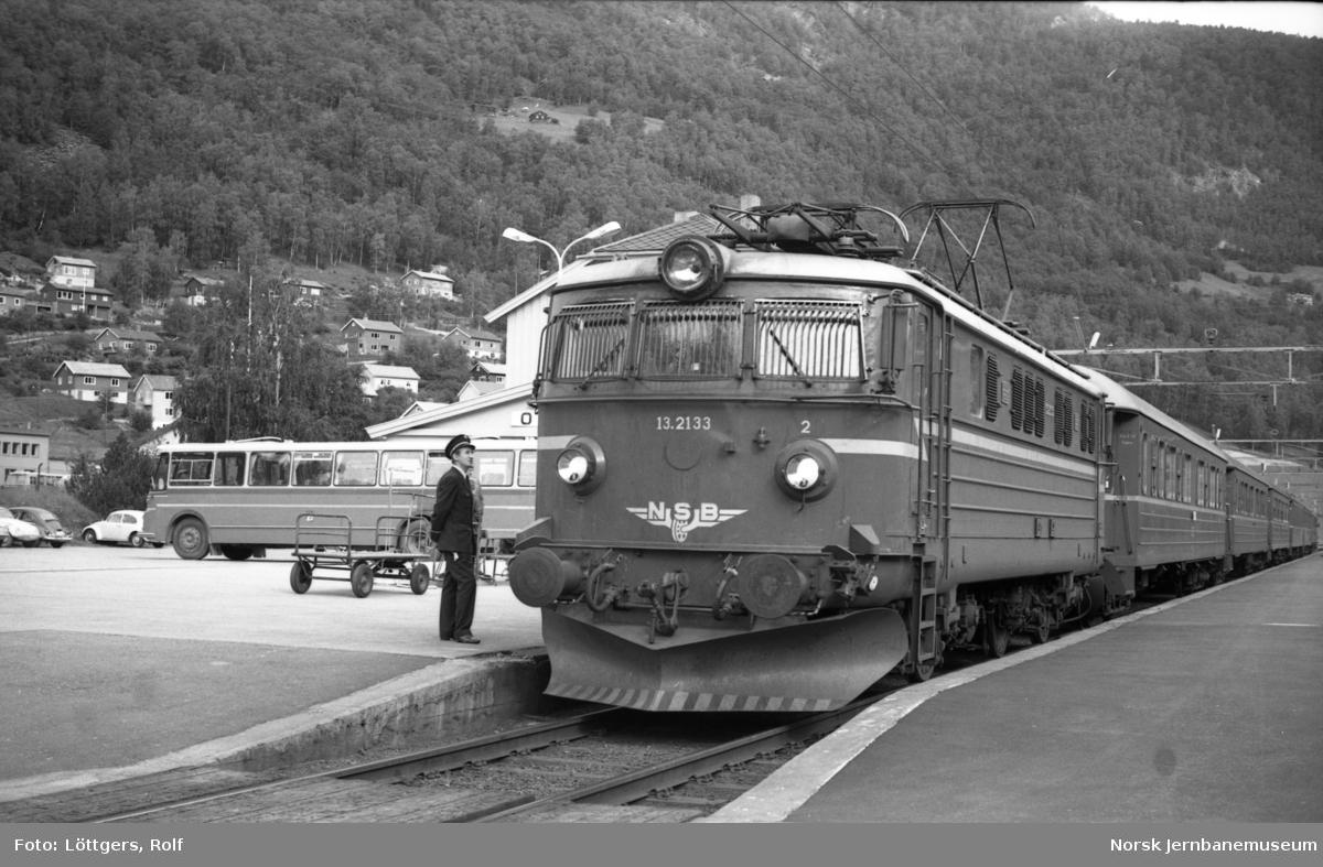 Elektrisk lokomotiv El 13 2133 med hurtigtog 308 til Oslo Ø på Otta stasjon.