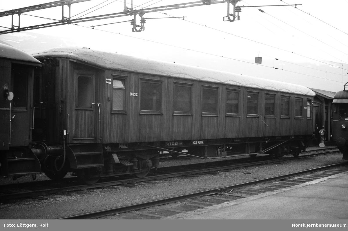 Personvogn B30 nr. 18132 på Voss stasjon.
