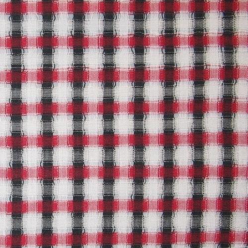 """Rutig gardin, gallergardin, vävd i tuskaft med tomrör av tunt tvåtrådigt bomullsgarn i svart, blekt och rött. Varpen är randig i svart och blekt och de glesa partierna  framkommer genom att man lämnar tomma rör i skeden mellan varje rand. Inslaget är randat i blekt och rött med tomrum lämnat mellan varje rand så som i skeden.  Gardinen märkt med inv.nr 20:1 är maskinfållad. Fållarna är 25 mm respektive 70 mm breda. Gardinen märkt med inv.nr. 20:2  är 1545 mm lång och 920 mm bred. Fållarna är tråcklade och är 35 mm respektive 45 mm breda. En pappersetikett är fastsatt med en häftklammer och texten lyder: """"Tom"""" Storl. Bredd 90 cm, Kval. bomull, Pris Material 35:-/m. På andra sidan etiketten är det en spånfågel som det står Skaraborgs Läns Hemslöjdsförening under.  Gardinen med modellnamn Tom är formgiven av Ann-Mari Nilsson och tillverkad av Länshemslöjden Skaraborg. Den finns med  på sidan 48-51 i vävboken Inredningsvävar av Ann-Mari Nilsson i samarbete med Länshemslöjden Skaraborg från 1987, ICA Bokförlag. Se även inv.nr. 0001-0019,0021-0040."""