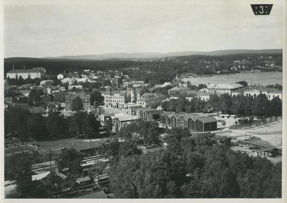 Flygfoto över Hudiksvall och järnvägen.