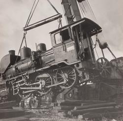 Damplokomotiv 21e nr. 207 under berging etter å ha sporet av