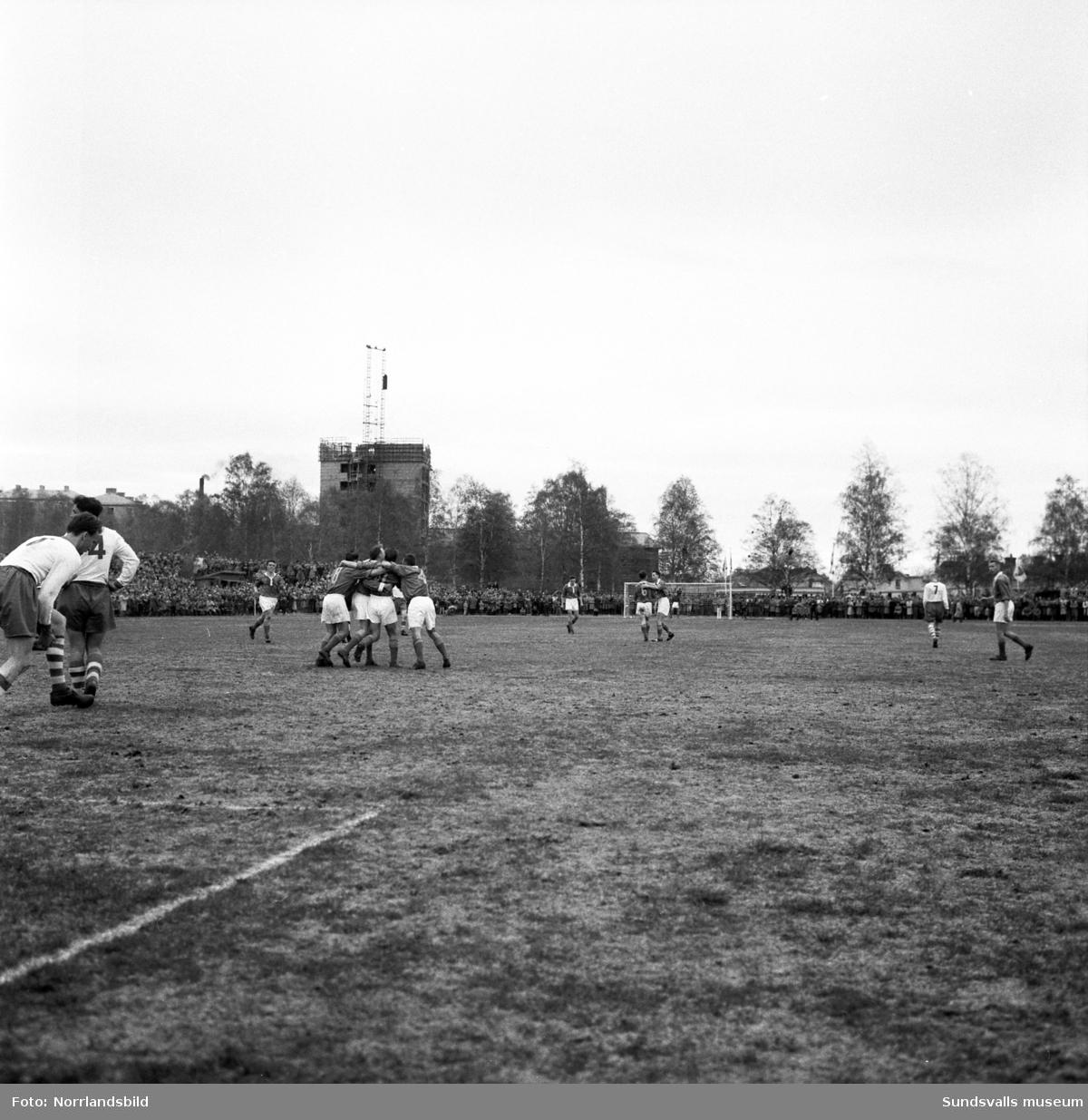 Publiken strömmade till Idrottsparken då GIF Sundsvall mötte Eskilstuna i klubbens första kval till högsta serien 1957. Matchen slutade 1-1 och publiksiffran var imponerande 11000.