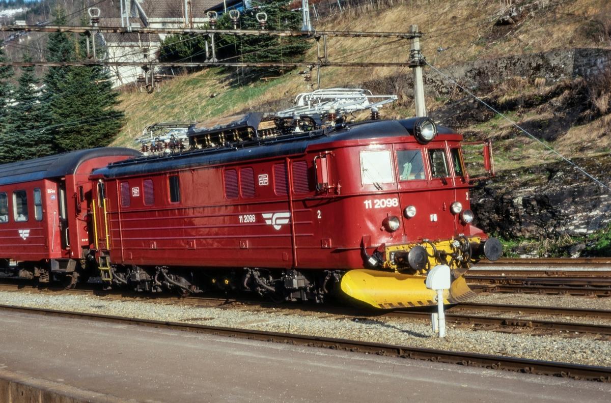 Elektrisk lokomotiv El 11 2098 på Voss stasjon