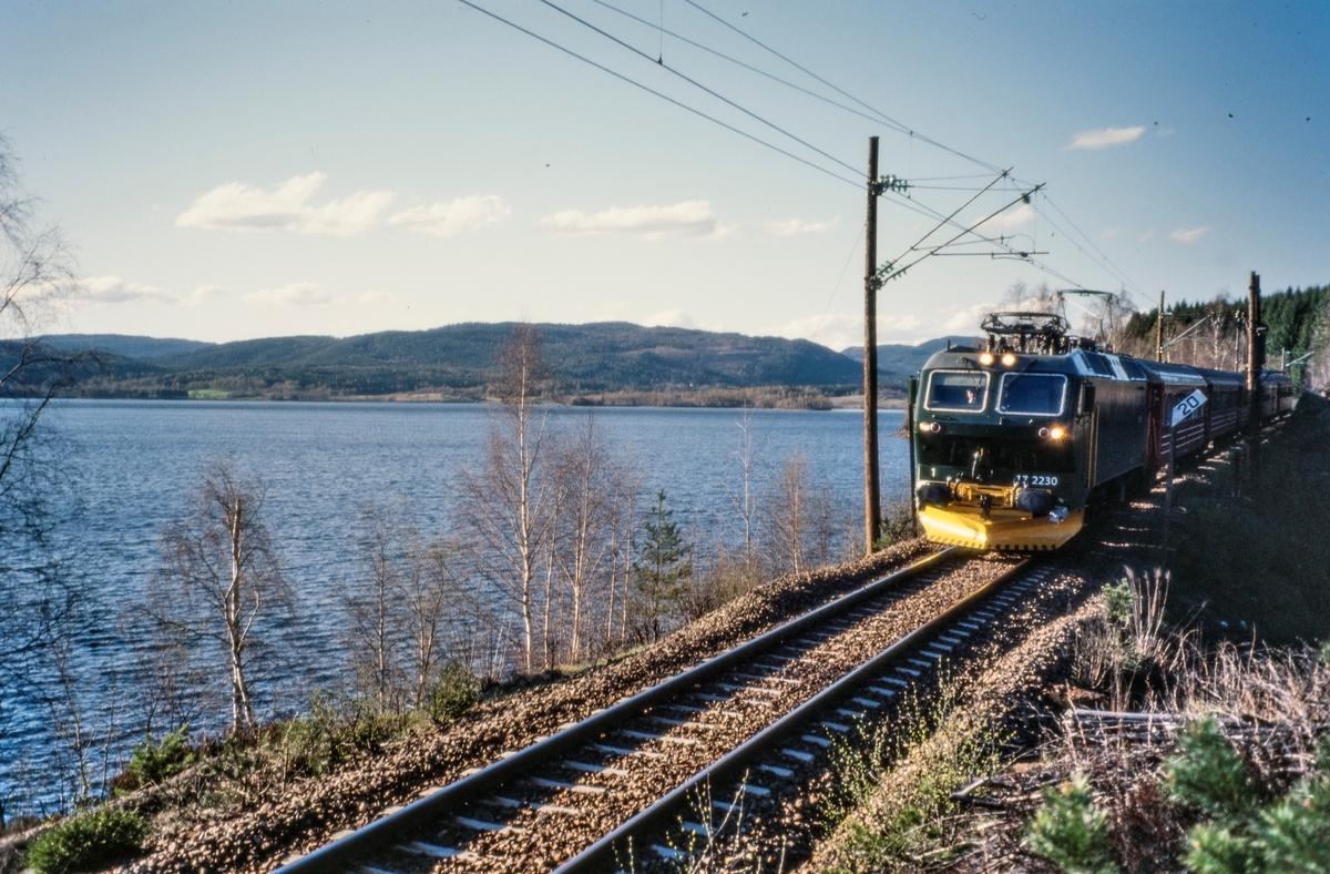 Elektrisk lokomotiv El 17 2230 persontog ved Maridalvannet mellom Kjelsås og Sandermosen