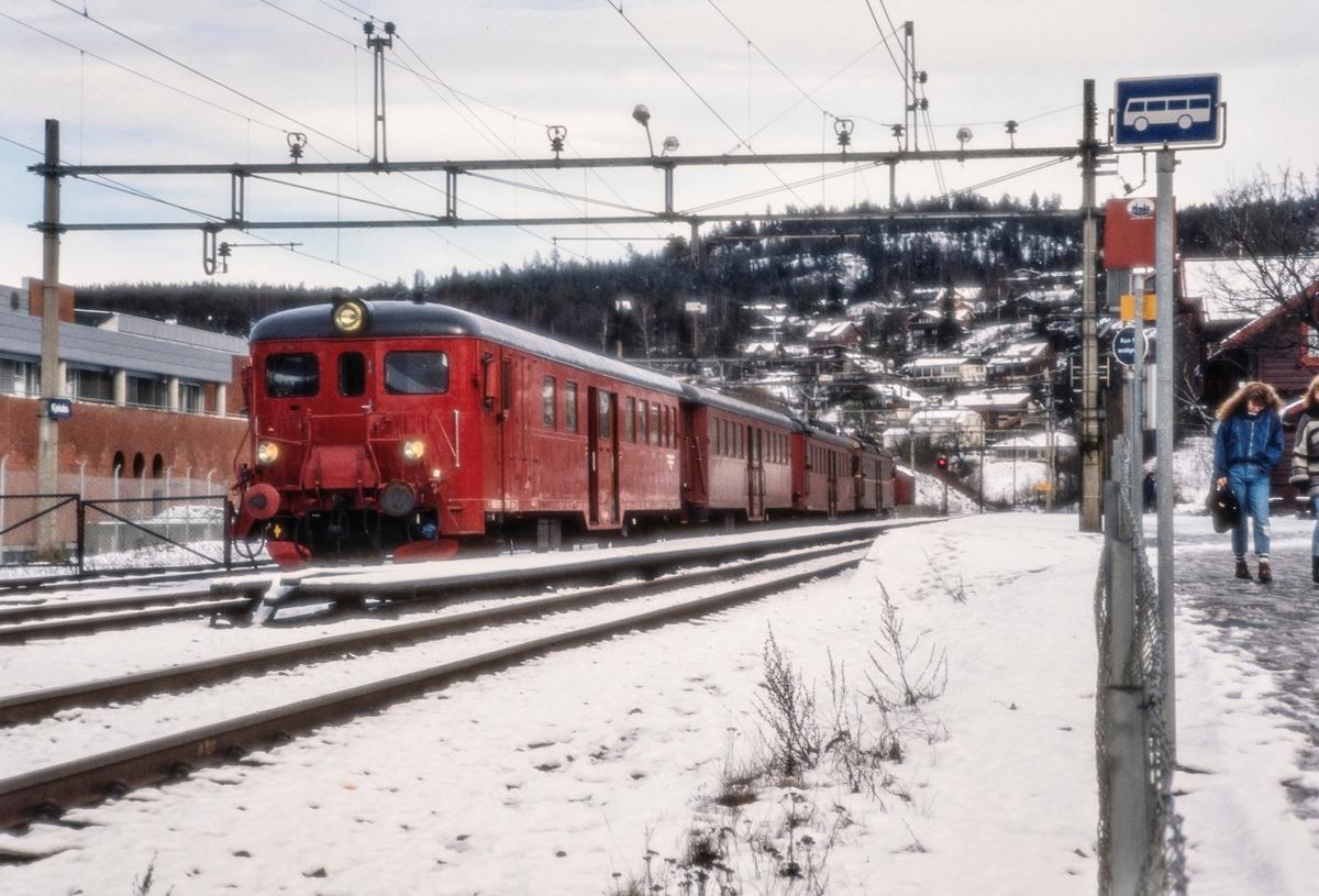 Persontog på Kjelsås stasjon med elektrisk motorvognsett type 67/65