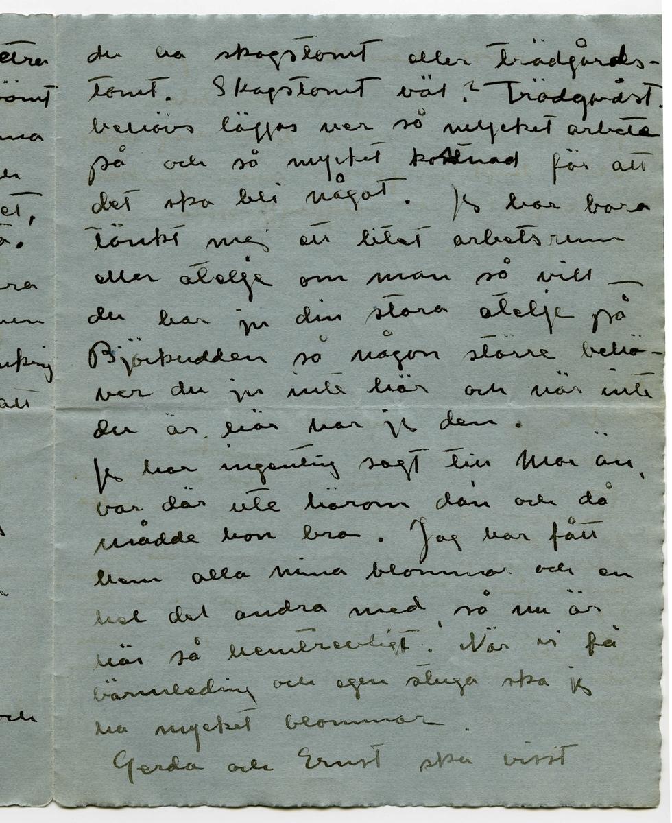 """Brev 1917-10-23 från Ester Bauer till John Bauer, bestående av åtta sidor skrivna på fram- och baksidan av två vikta pappersark. Huvudsaklig skrift handskriven med svart bläck. På tredje sidan finns två planskisser över en stuga.  . BREVAVSKRIFT: . [Sida 1] . Stockholm 23.10 1917 Käre John! Jag har hittat ditt kvitto på Debetsedel 2416. men det var Kronoskatten du betalat jemte pensionsafgift med 256. 11 kr. det jag betalade var kommunal- skatt (det ska ju alltid betalas året efter) men även 6 kr. i pensions- afgift och det tror jag är fel att den ska betalas 2 gåner, jag ska ringat till honom om det i morron. Ja John, nu ska jag skriva något  till dej, som jag önskar att du  ska svara ja till, ja jag önskar det så intensivt, det är nästan . [Sida 2] en livsfråga för mej, ---- jag har talat med Klein och många andra förståndiga män och kvinnor och de finna för- slaget mycket förståndigt. Jo – skulle önska att du gav Putte och mej 5, 000 kr. (och dej själv med förresten) så skulle vi bygga oss ett litet hem, som kunde bli färdigt till innflytt- ning den 1 april. Jag har löfte på det. Har talat med härads- hövding Langborg han håller just på att bygga ett par andra nu. Det är ju endast att plasera de pengarna bra, att förlora dem behöver man aldrig befara. [inskrivet i vänster marginal på tvåren, med ett streck som går till näst nedersta raden: Och Putte får den ju när han blir stor och vi gå bort] Klein och jag räknade ut att  . [Sida 3] hyran skulle gå med alla räntor och vägskatt till 1,140 kr. det är ju inte hög hyra och skatterna är ju betydligt mindre där så det skulle du ju förtjäna på. Att hyra nån' stans under den summan kan man väl knappast tänka sej. Och ville vi, kunde vi ju hyra ut den på somrarna som  Granlunds gör. Ja, John """"lälllle"""" (som Putte brukar säga), Tänk på det och säg ja --- du gjorde mej så innerligt glad och Putte så oänd- ligt gott. Jag har alltid önskat att få bygga ett hem --- så får ju du göra med Björkudde presis vad du vill [överstruke"""