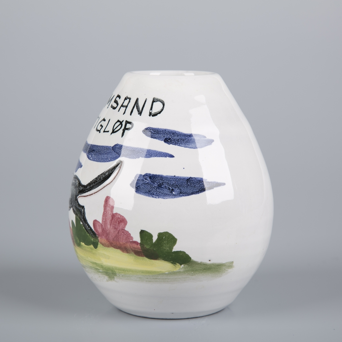 Liten eggeformet vase med tegning av hund som løper i landskap.