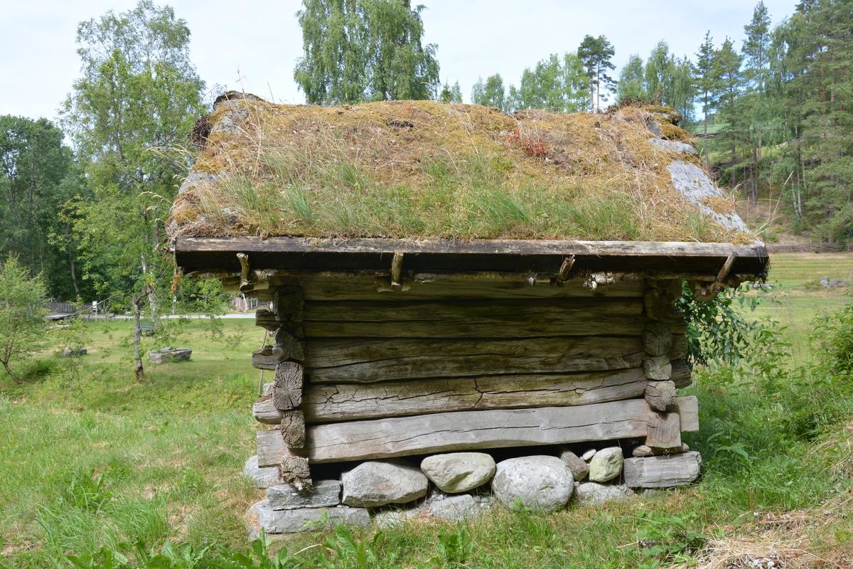 Tømra bygning med eit rom. Tørrmur underlag Torvtak.