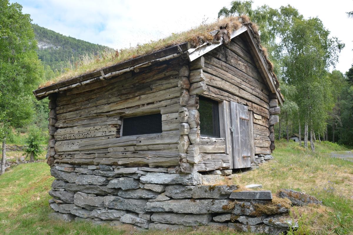 Tømta bygning i eit rom. Tørrmura grue, heller i bakkant av grua. Ingen storstein. Torvtak. Innreiinga følgde med smia.