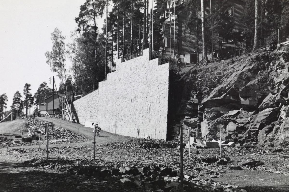 Fra byggingen av banen mellom Lysakerelven og Sørbyhaugen, bygging av støttemur ved Montebello