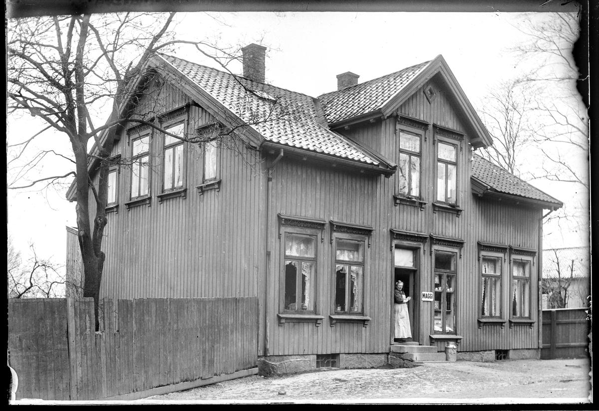 Fleischers gate 12 Moss. Revet.  Huset som ligger i bakkant på høyre side av bildet har kirkevinduer, noe som stemmer med Metodist kirken som ligger i Holteløkka. Tidligere en del av eiendommen til Fleichers gate 4.