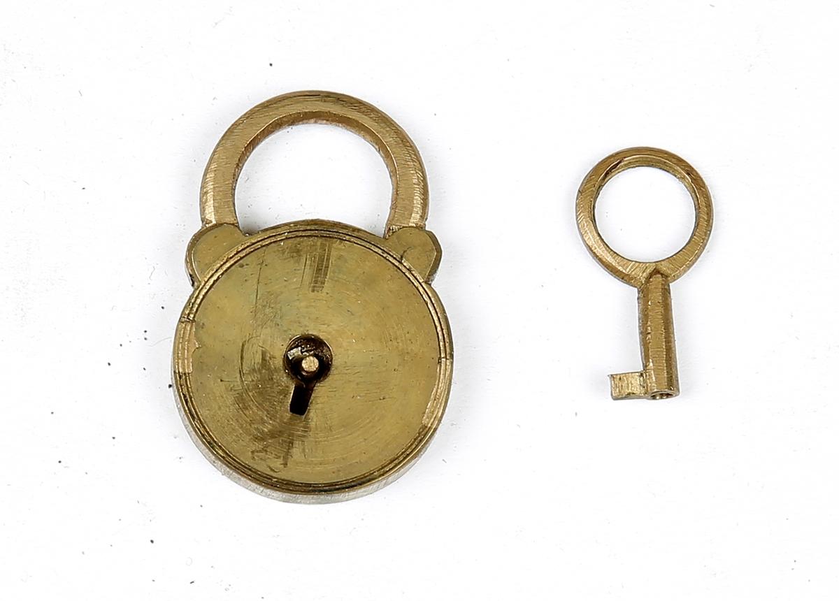 Liten hengelås med nøkkel i eske