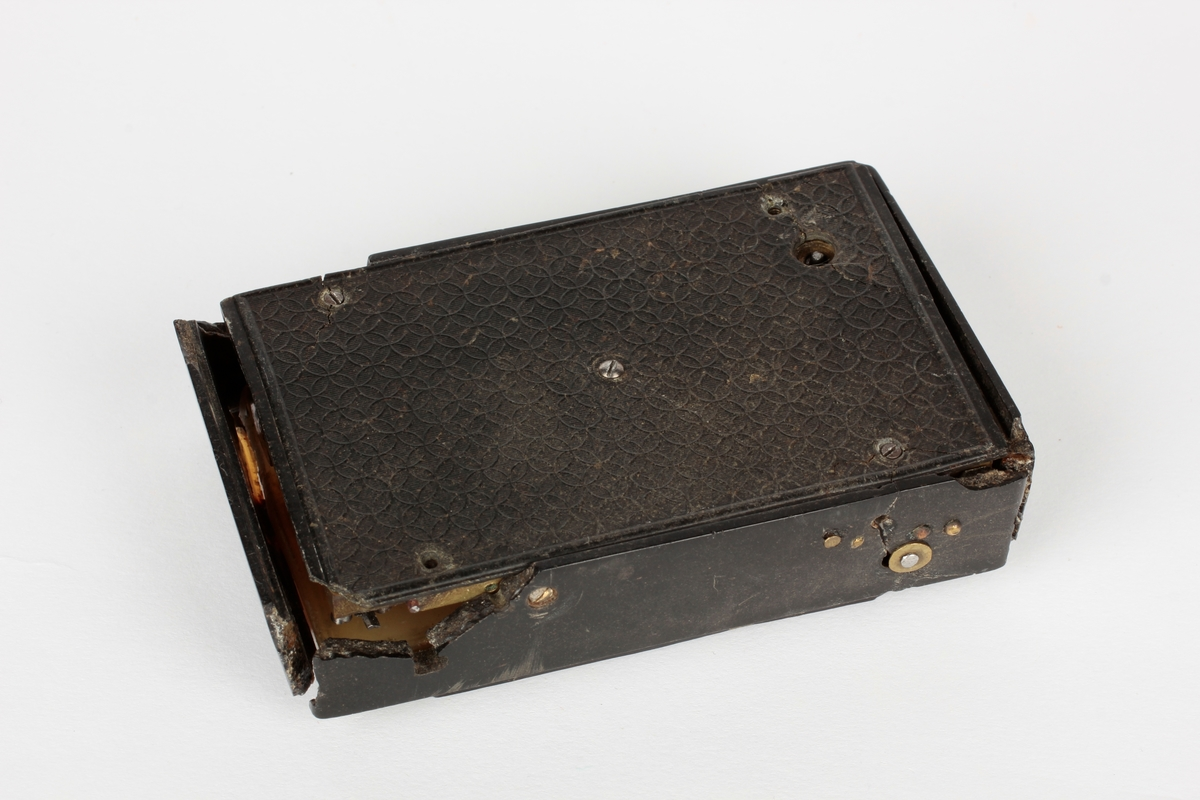Spilledåse i sort plastkasse, trolig bakelitt. Gjennomsiktig plast over musikkverket. Opptrekksnøkkel. Plasten har skader, og lokket er tapt.