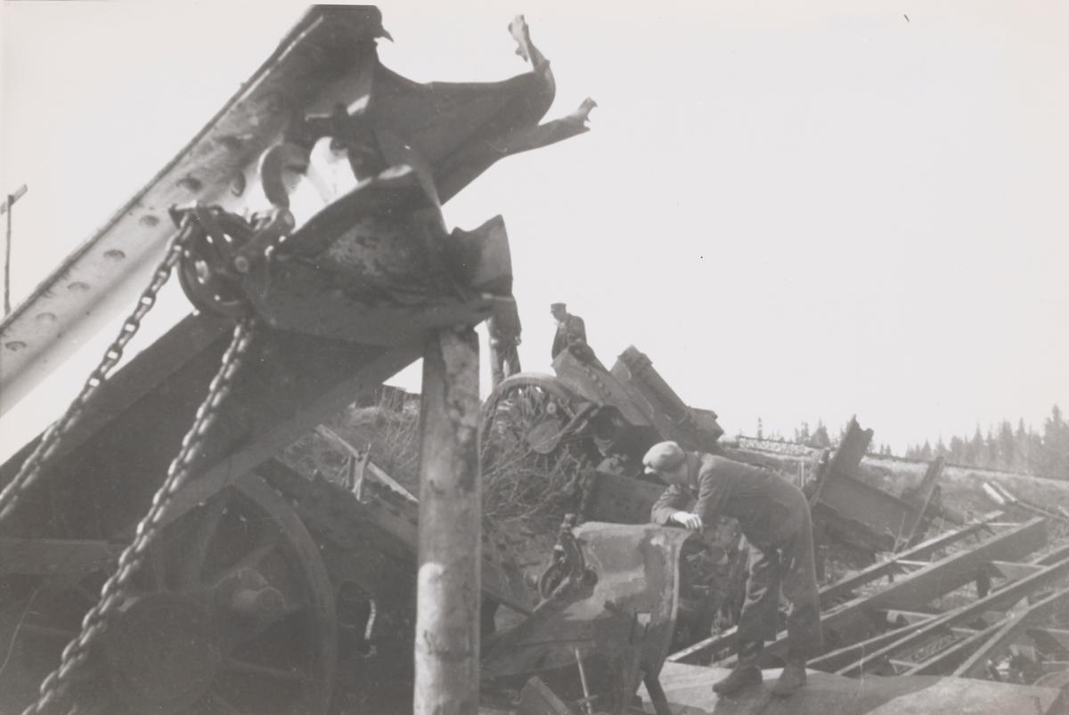 Opprydding etter jernbaneulykken ved Jørstad på Nordlandsbanen 13.01.1945