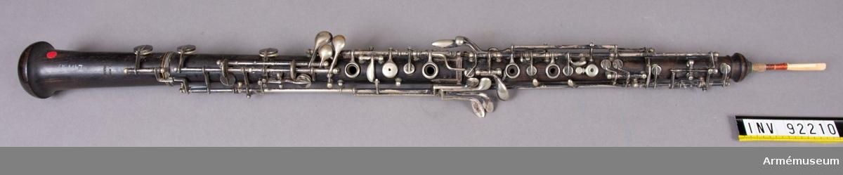 Oboe med fodral. Oboen kan tas isär i tre delar.