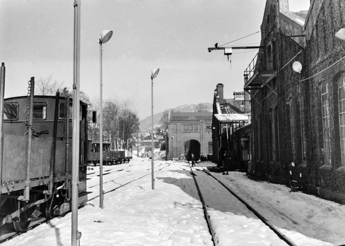 Ved NSBs verksted Kronstad i Bergen. Til høyre skimtes Breuer-skiftetraktor, bygget 1955