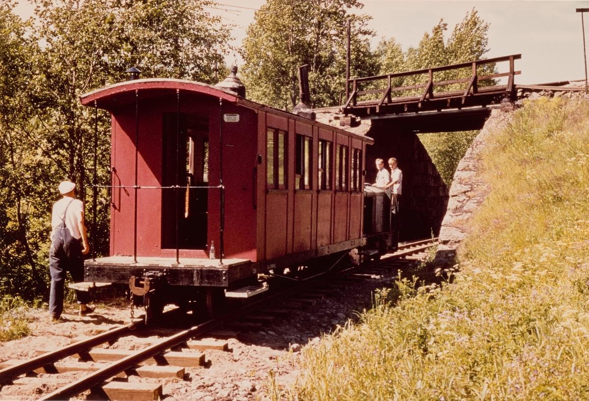 Personvogn Co 1 på museumsbanen Urskog-Hølandsbanen prøvekjøres på gjenoppbygget spor mellom Fyen og Sørumsand