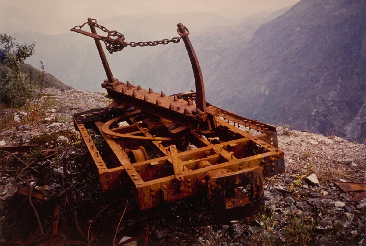Godsvogn fra Aurabanen. Vognen ble senere hentet med helikopter og transportert til museumsbanen Urskog-Hølandsbanen der den ble restaurert