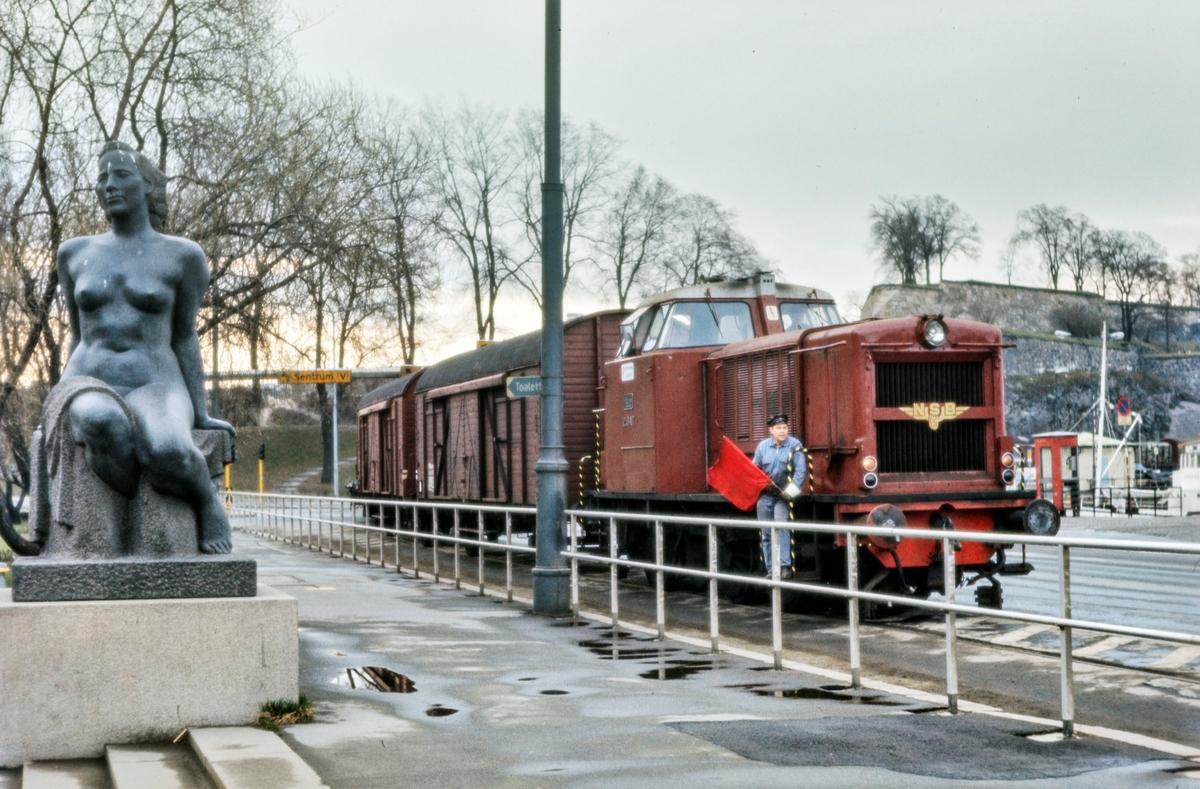 Diesellokomotiv Di 2 nr. 847 med godstog til Filipstad på Rådhusplassen på Havnebanen