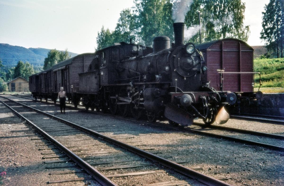 Damplokomotiv type 27a nr. 296 med godstog på Skreia stasjon på Skreiabanen