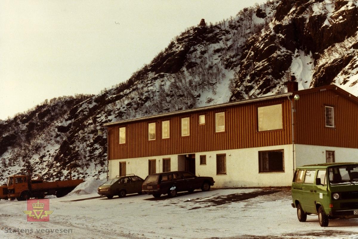 Vegstasjon for vestre del av Lofoten, like utenfor Stamsund i Vestvågøy kommune. Bygningen med murt underetasje var kontor og forlegning for arbeiderne fra ca. 1960 til 1990 tallet.   Bilde 2) Plasthall og  nytt kontorbygg  kom opp etter 1980.