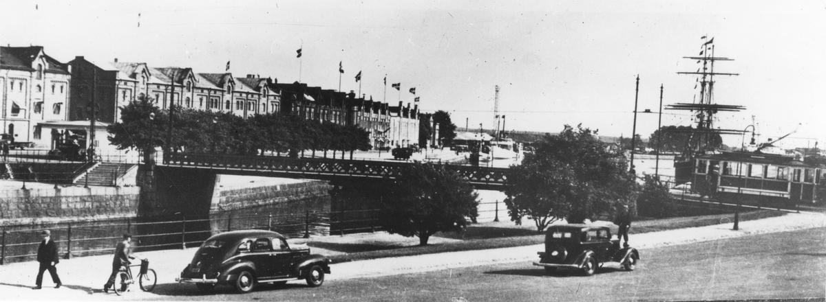 Svängbron, Gavleån i Gävle. I bakgrunden briggen Gerda.