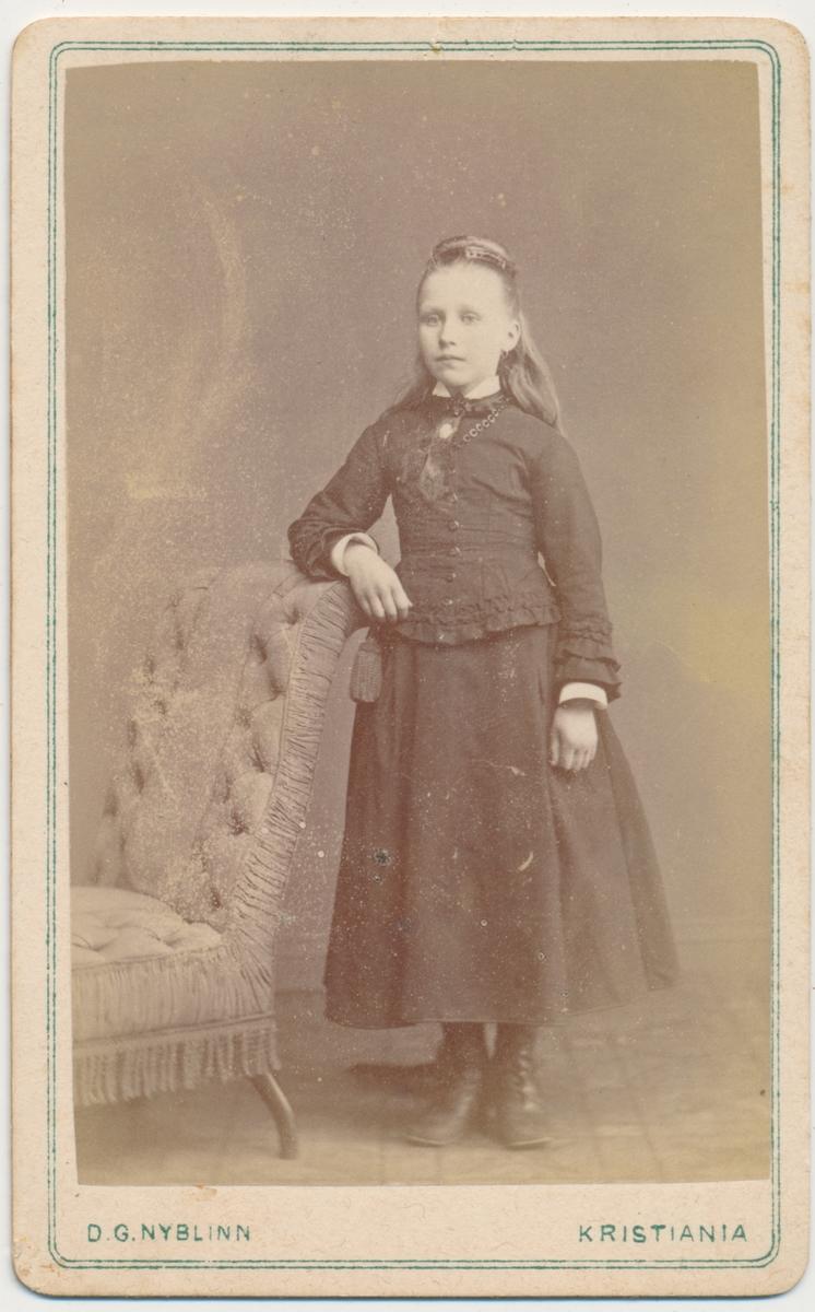 Helfigur foto av ung pike. Samme som FHM.01581.25? Foto: Nyblinn, Karl den 12 tes gade5, Kristiania