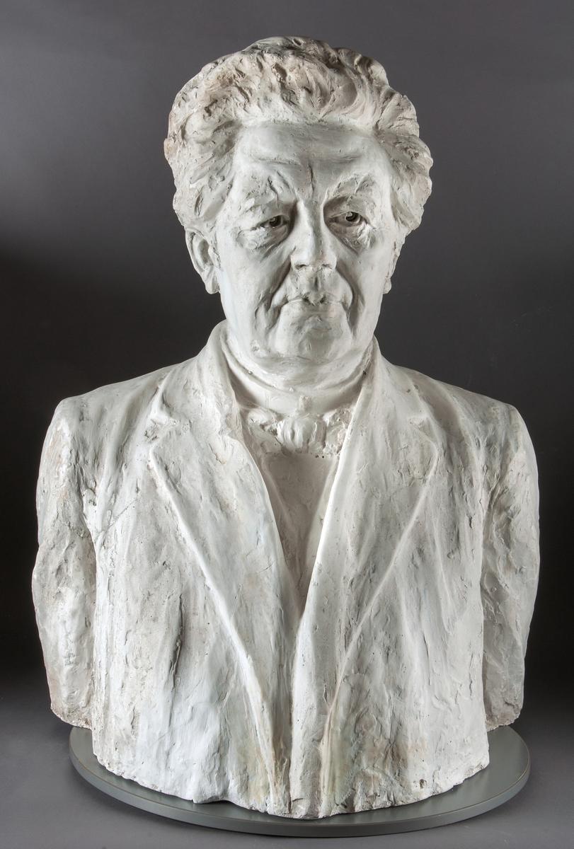 Gipsbyst föreställande Paul Petter Waldenström, präst i Svenska Kyrkan, ledare för Missionsförbundet och lektor i Gävle från 1874. Waldenström levde mellan 1838-1917.