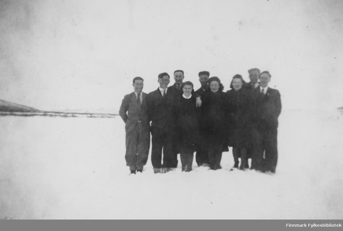 Påsken 1944 i Børselv. Seks menn og tre kvinner. Fra venstre: Martin Samuelsen, Hilmar Persen, Hans Sandeng. Vi vet ikke navnene til kvinner og to menn. Fra høyre Sigvald Nilsen. Han var sogneprest i Nesseby.