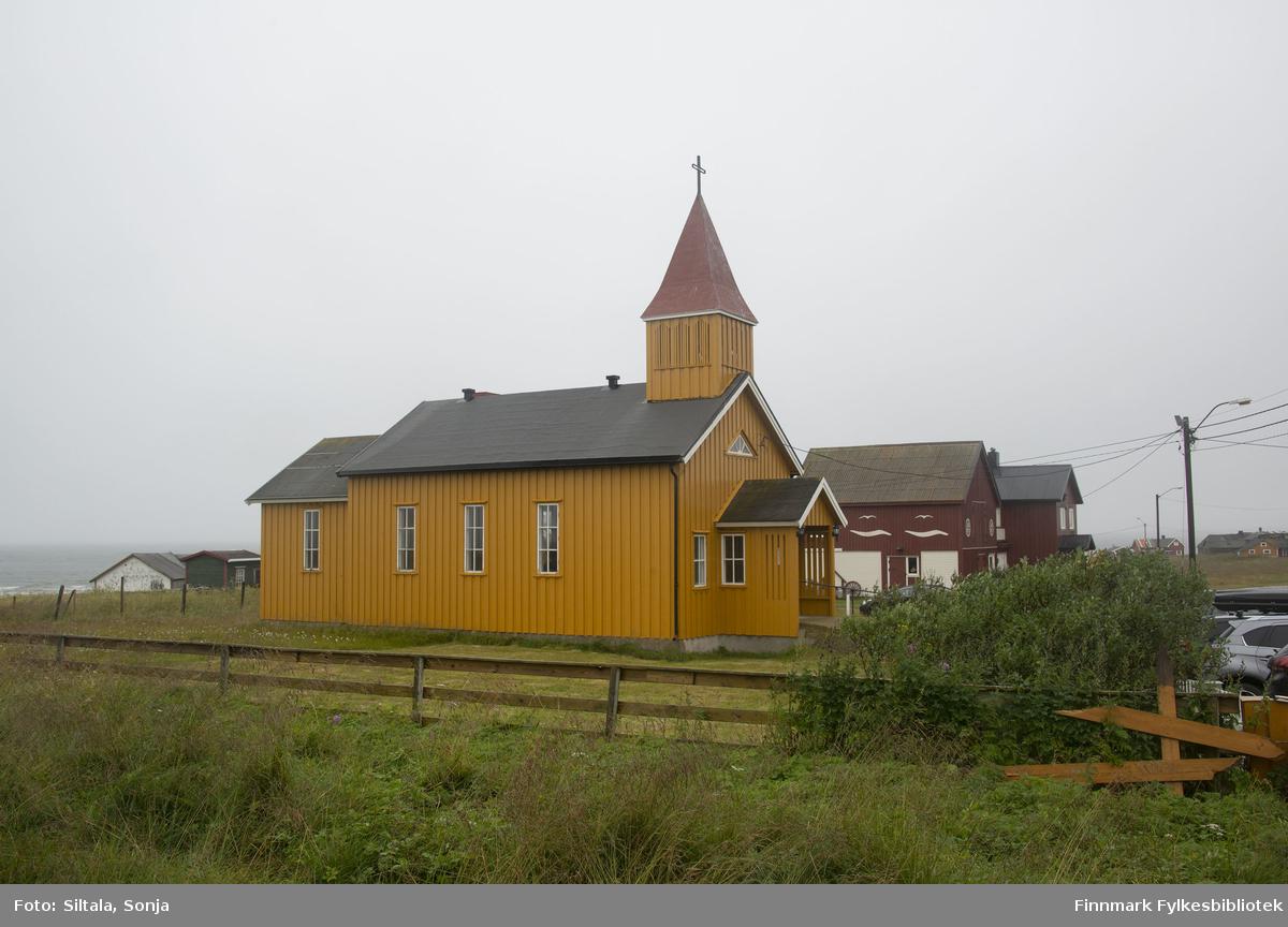 Skallelv kapell, fotografert i den 12. august i 2018. Skallelv kapell ligger i Vadsø kommune ca. 30 km mot Vardø. Den ble oppført i 1960. Kirken har 78 sitteplasser. Kapellet er tegnet av arkitekt Rolf Harlew Jenssen.