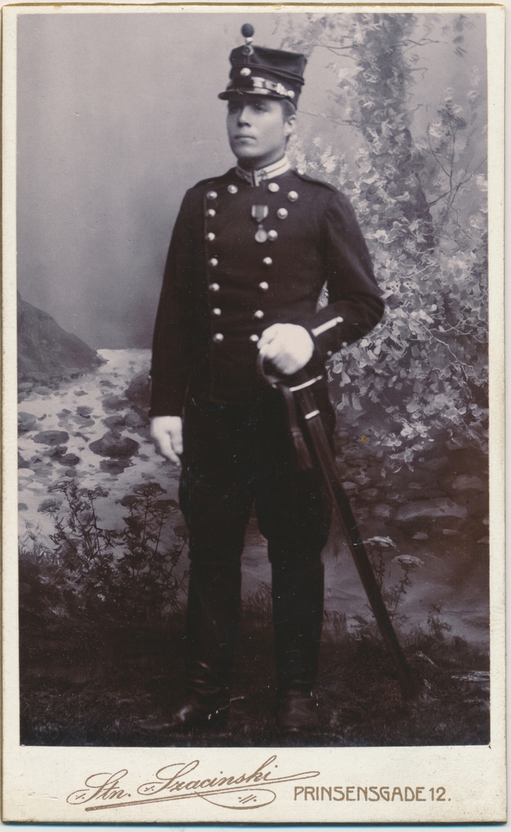Helfigur ung mann i militæruniform, kavalleriet?, ukjent