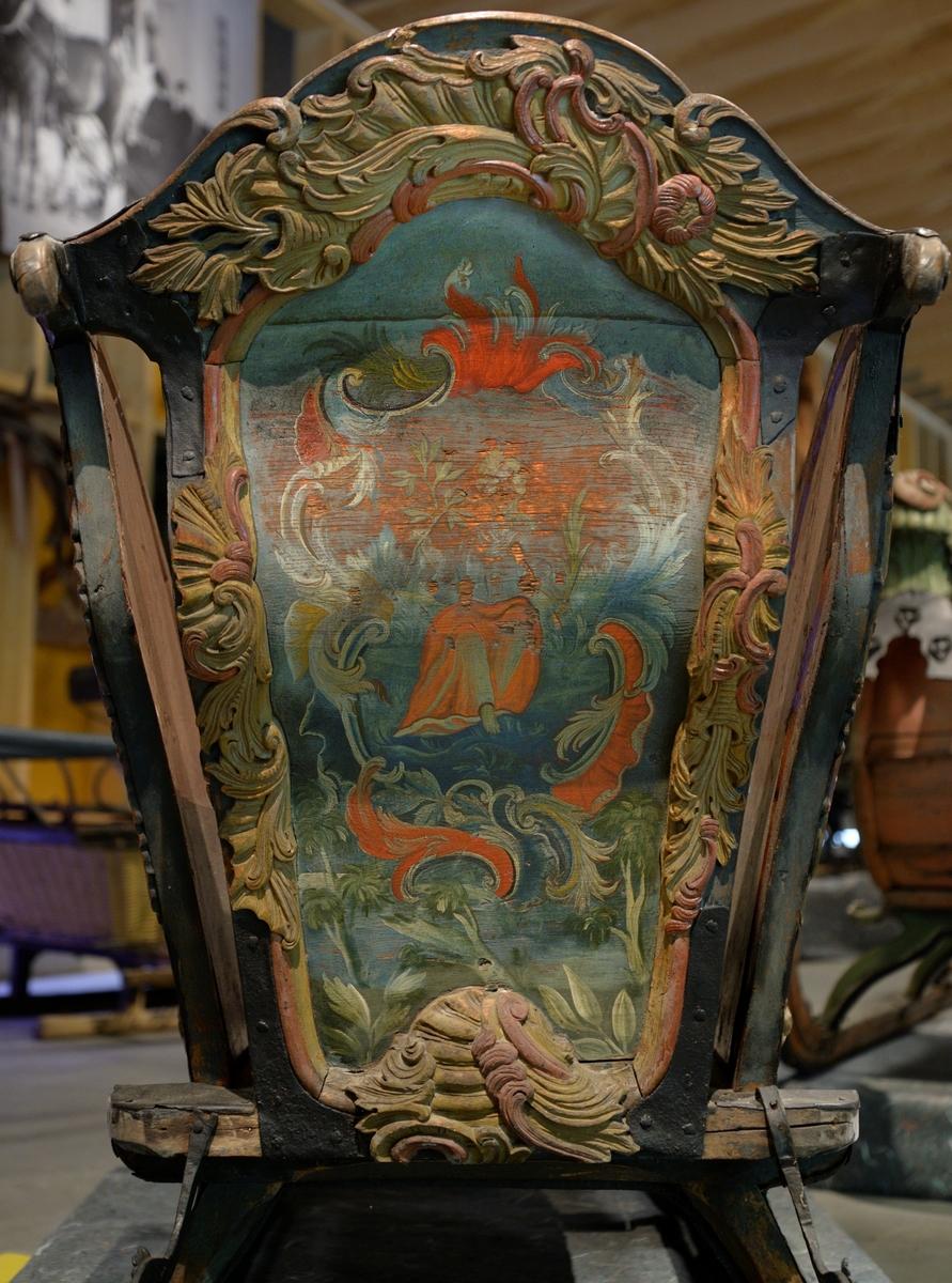 På fatningene ramme akantus, i fyllingen figur med rokokko ornament.