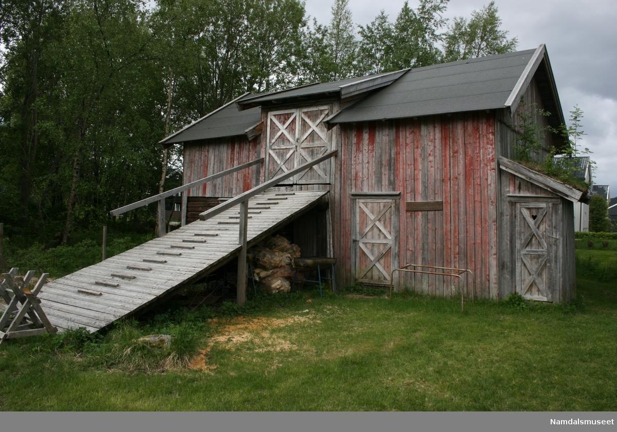 En del av huset i første etasje er tømmerkasse. Resten av første etasje og andre etasje er reisverk. Taker  er tekt med torv. Andre etasje nåes med en låvebru plassert midt på langveggen mot tunet.
