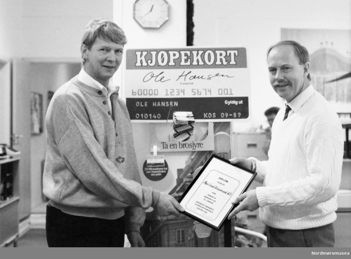 Bokreditt. Petter Soleim, Gunnar Gunnarson. Bildet er fra avisa Tidens Krav sitt arkiv i tidsrommet 1970-1994. Nå i Nordmøre museums fotosamling.