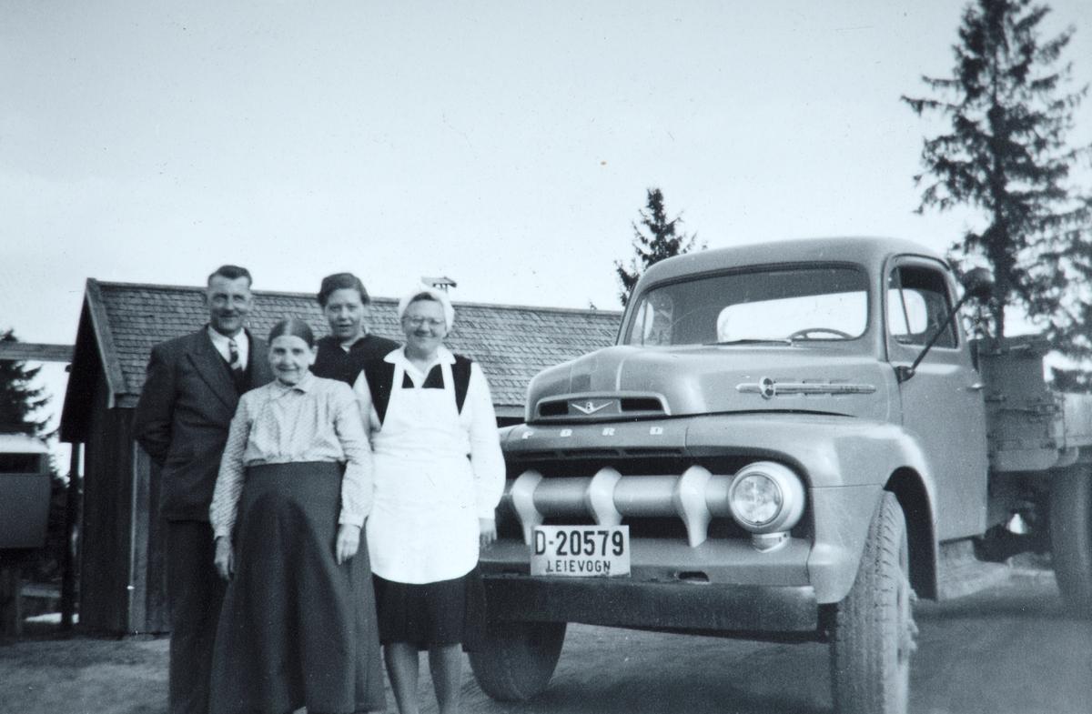 """Fredheim gnr. 80 bnr. 5, Vang H. F.v. Johs. Nygaard, Marthe Nygaard, ukjent, Dagny Nygård. Ford Lastebil D-20579, """"Melkebilen"""", 1950-tallet."""