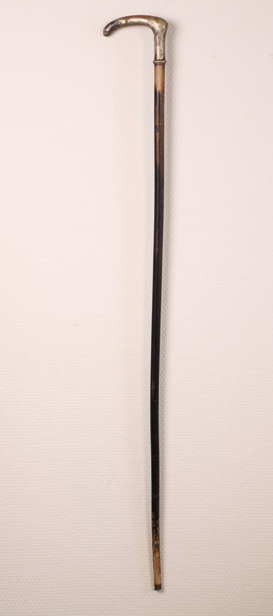 Spaserstokken har sølvhåndtak, messingholk nederst.