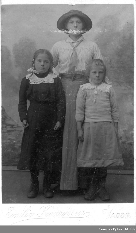 Et visittkortportrett av to jenter og en ung dame, fotografert i Emilie Henriksens atelier i Vadsø.