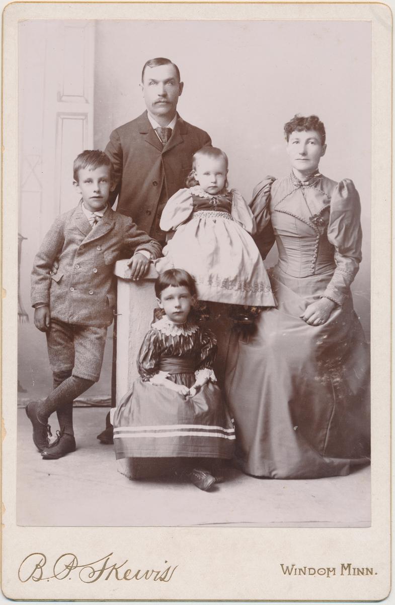 Familiefoto; mor, far , en sønn og to døttre (den ene heter Eivor). Fam. Smedstad Det finnes flere foto av denne familien i albumet.