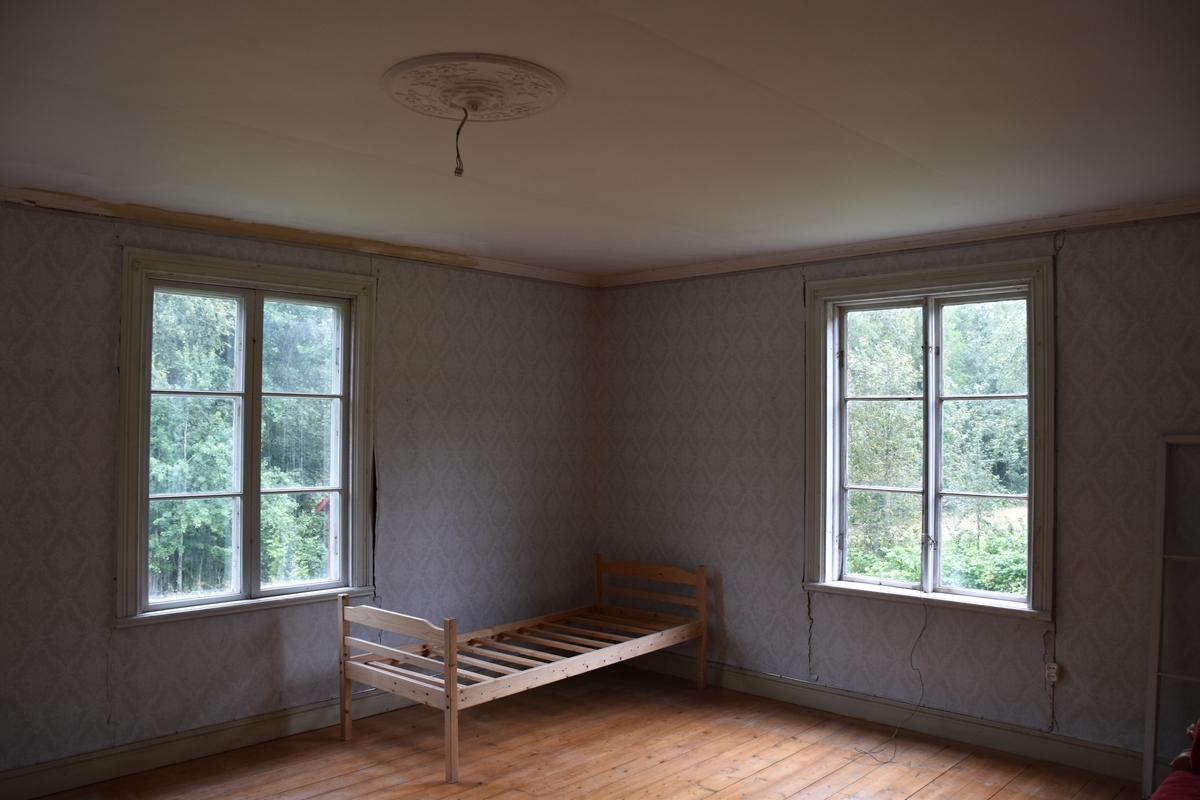 Interiör från Nygårdsgården i Bingsjö. Salen på bottenvåningen i korsplanshuset på gården. Huset uppfördes 1912.