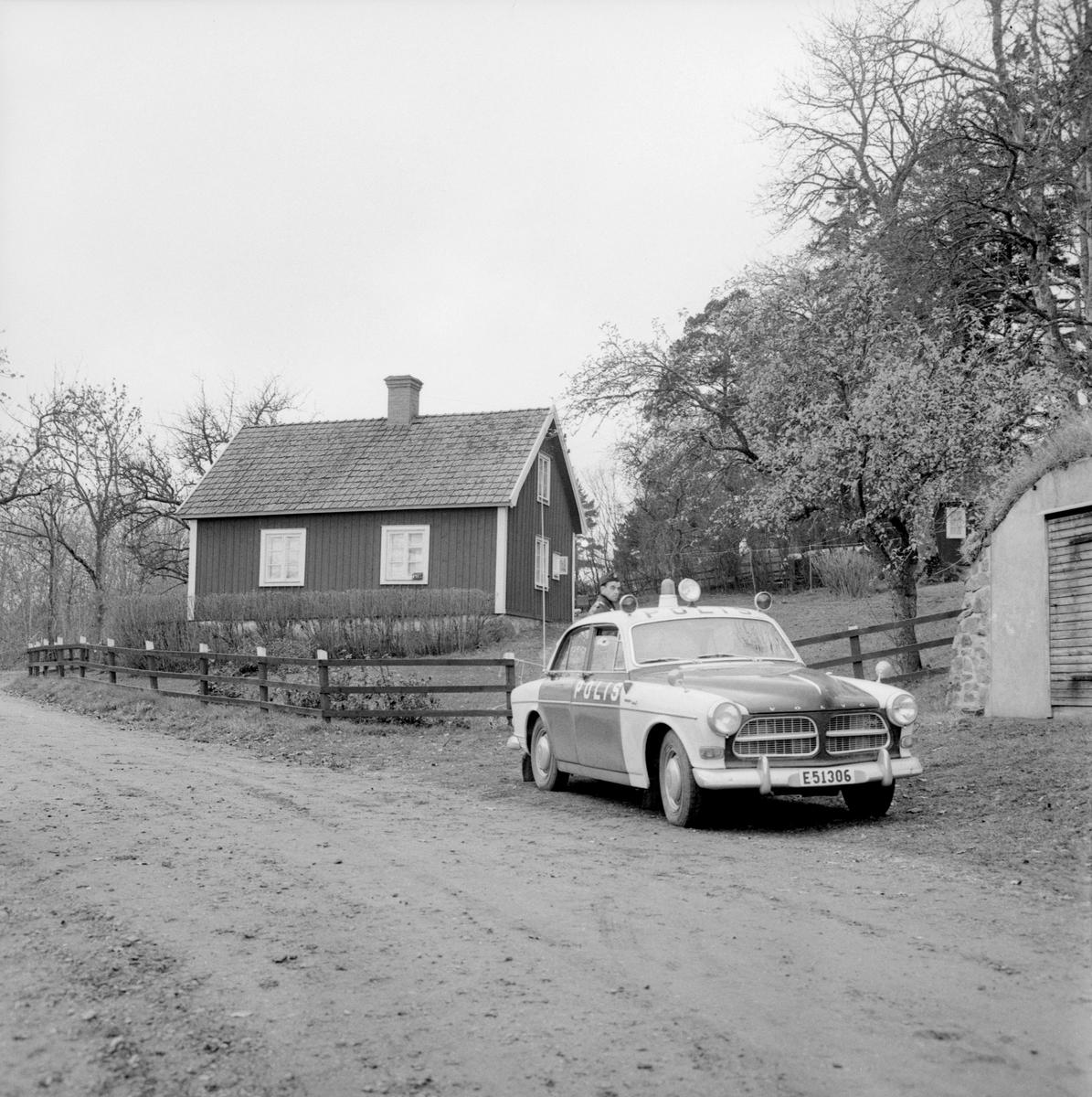 Fredagen den 13 november 1964 råder det förstämning i Ombergsbygden. Dagen före hade fru Karin Ström hittats strypt i hemmet Västra Djurledet, beläget vid bergets södra ände. Fru Ströms make hade efter avslutat arbete funnit sin maka död på köksgolvet och blev av polisen i förstone själv misstänkt. Brottet fick dock snabbt sin rätta lösning genom vittnesuppgifter och gediget polisarbete. En ytlig bekant till makarna Ström hade kommit på besök för att låna pengar. En dispyt hade uppstått som vidare gått överstyr.