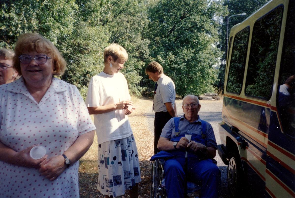 Brattåsgårdens äldreboende besöker Hembygdsgården Långåker i samband med cirkelavslutning*, 1990-tal. Från vänster: 1. (delvis skymd) Majken Olsson, 2. Gunvor Olsson, 3. terapibiträde Gunvor Johansson, 4. chaufför från Leja Touring Gunvar Olsson 5. Stig Aronsson (i rullstol).