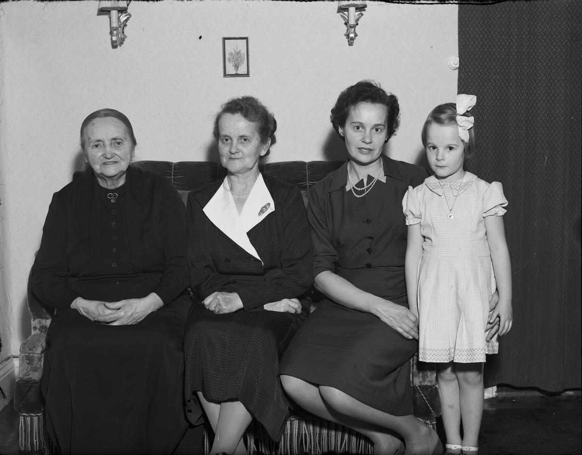 Familjeporträtt, sannolikt fyra generationer, Östhammar, Uppland