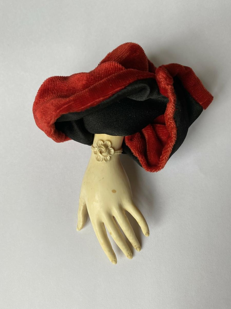 Gjenstanden er skultpturelt formet som en kvinnehånd.