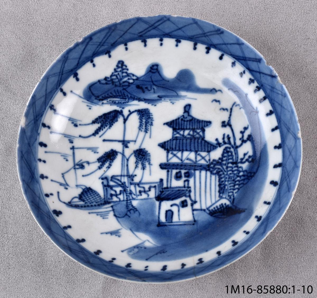 Fat troligen till tekopp av vitt ostindiskt porslin. Slät kant, djup. Dekorerad med bård och pagodlandskap i blått.