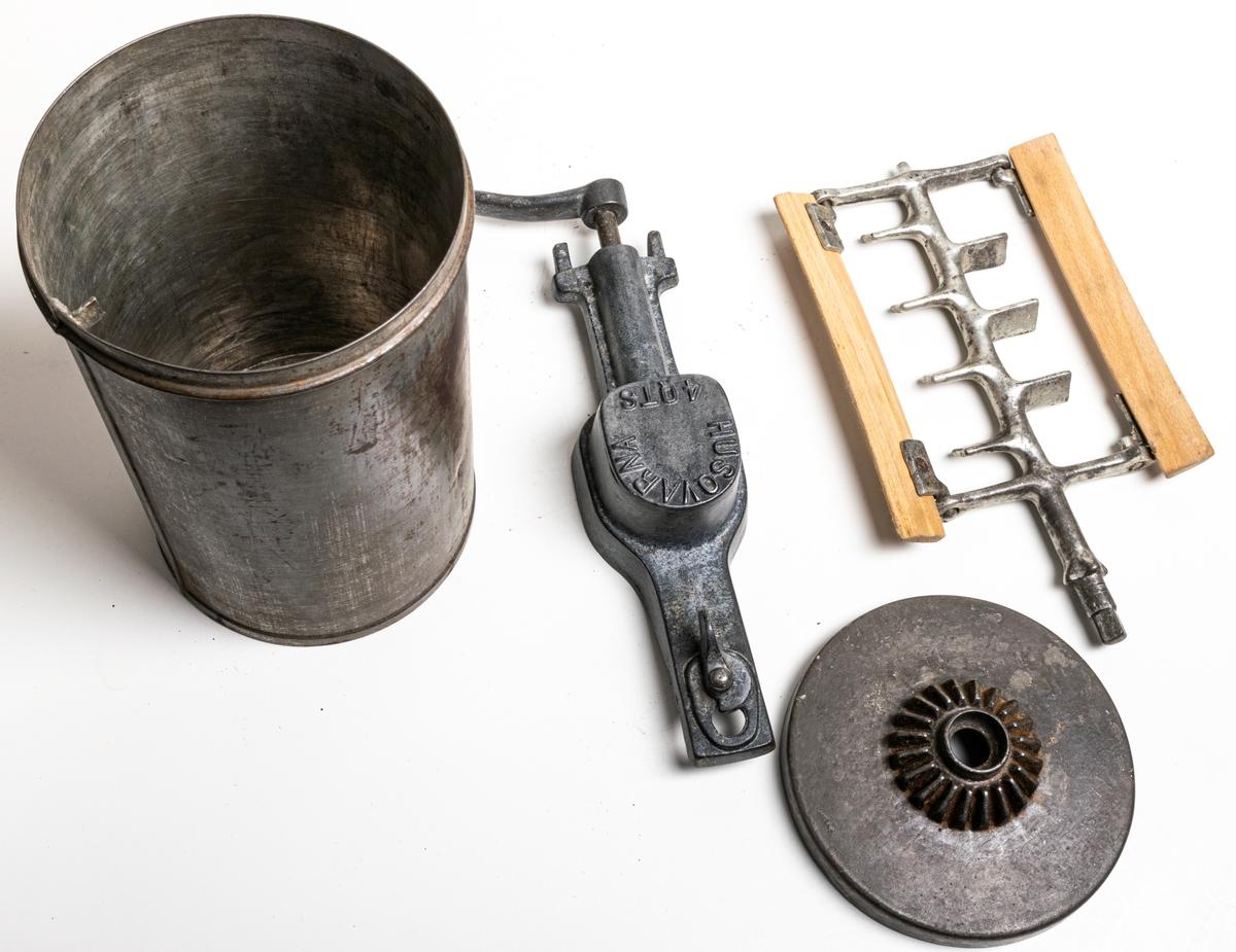Acc.kat. Glassmaskin 3 delar med kar av laggat trä, insatsen av gjutjärn, fabriksstämpel Husqvarna 4 afs.