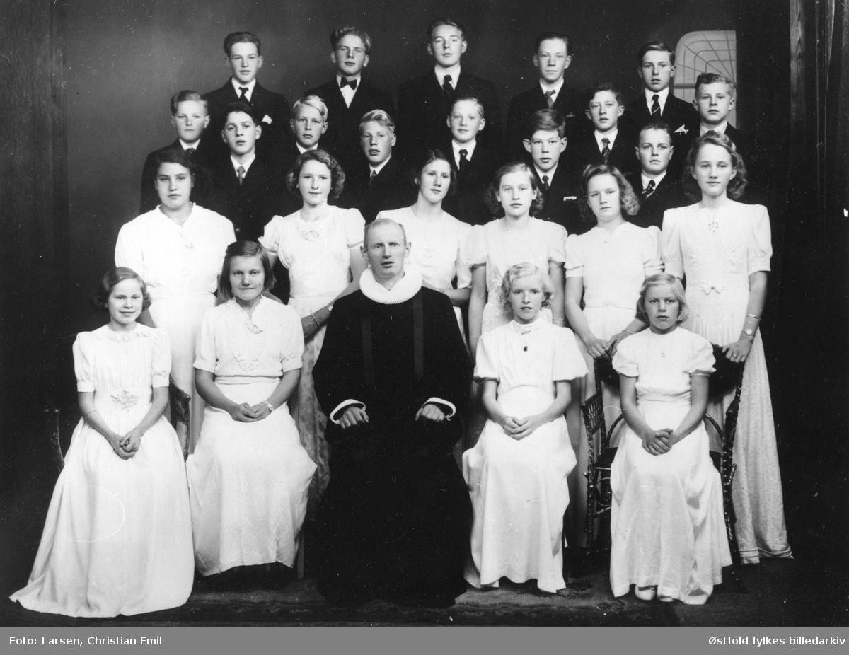 Konfirmanter i Varteig 1942 hos fotografen. 23 konfirmanter og sogneprest Trygve Lavik.