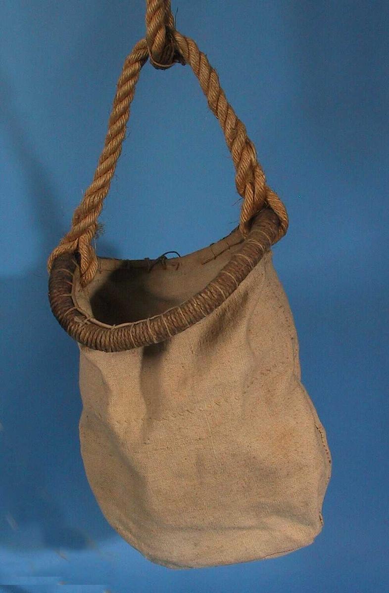 Lerret, tau. Sydd sammen av to stykker lerret med søm i bunn og i sider, øvre del  dobbelt med kastesøm. Rundt surret kant med taubank, i denne  langt  rep. Tilstand: utmerket.