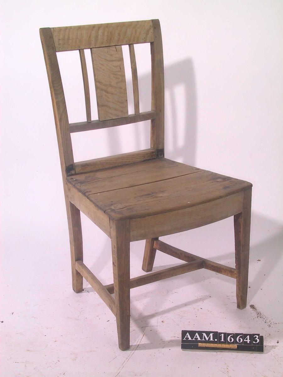 Bjerk, furu sete, ustoppet. Rester av brun  beis/politur.  3 stk. med sortmalt sete. Rette ben, glatt rettavsluttet ryggbrett. Glatt vertikalt midtbrett med en spil på hver side. 2/3  ned til setet. Sargen bak av ask. Tilst. Beis nesten helt avblitt, litt igjen bak. Setet av to bord, sprekker i begge. Løs i ryggen, setene sorte.