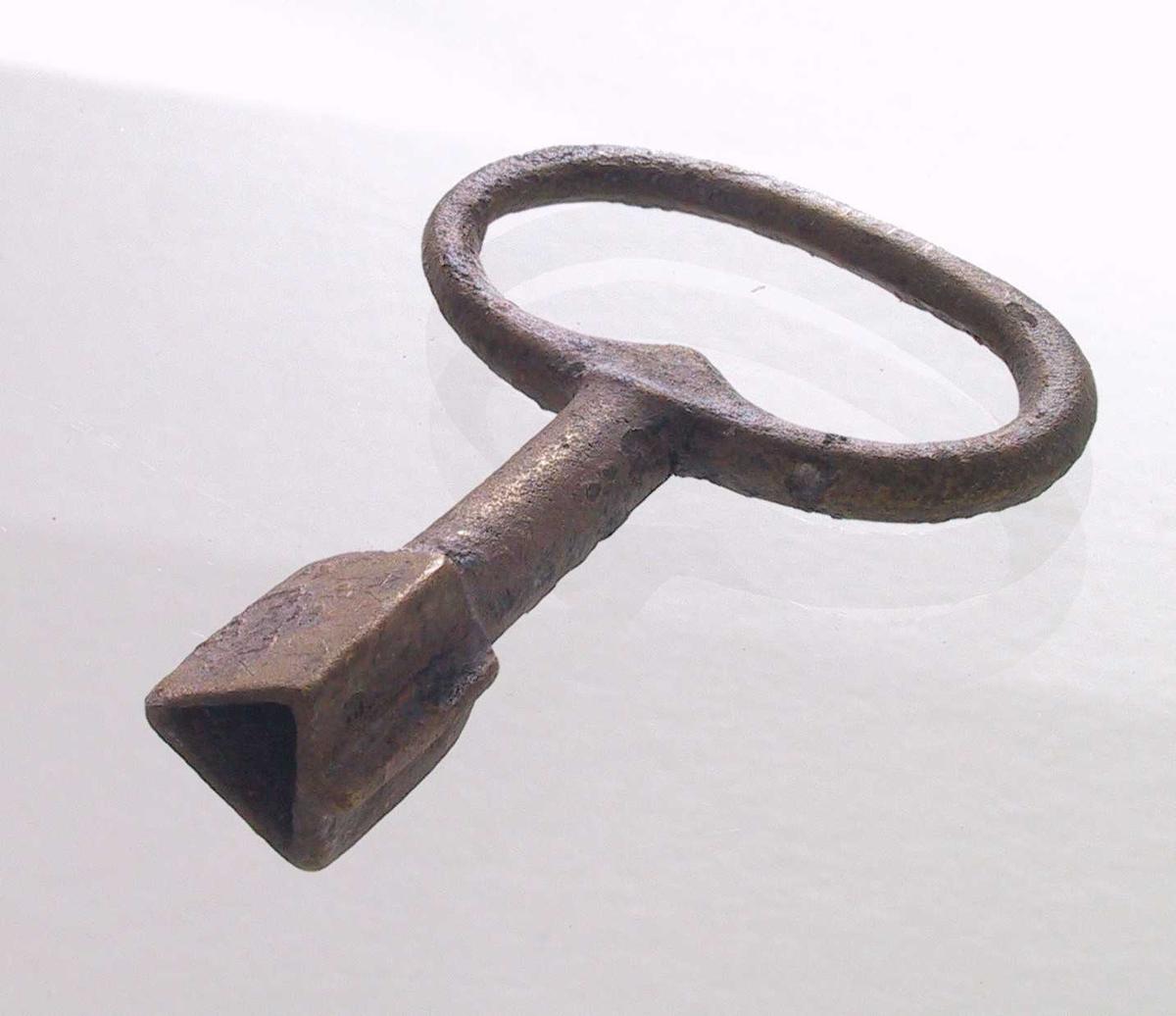 """Urnøkkel   """"Fredensborg""""  Oval  ring   2,2 x 2,8.  Oval ring på rund stang som ender  i trekantet nøkkelhull.  Tilstand: god."""