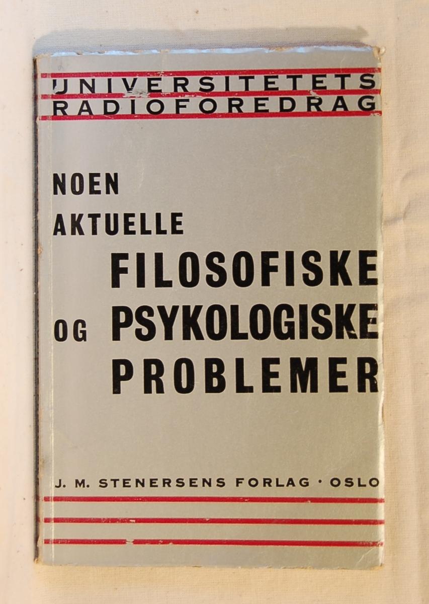 """Filosofen Peter Wessel Zapffe og hans kone Berit testamenterte sin eiendom på Båstad i Asker til Universitetet i Oslo. Da det ble besluttet å selge eiendommen i 2009 ble deler av P.W. Zapffes arbeidsrom og andre eiendeler overlatt til Asker Museum. Denne samlingen inngår nå som en permanent utstilling på museet. Bok med hvitt omslag. Inne i boken er lagt et gult trykk med overskriften: """"Das werdende Reich"""""""